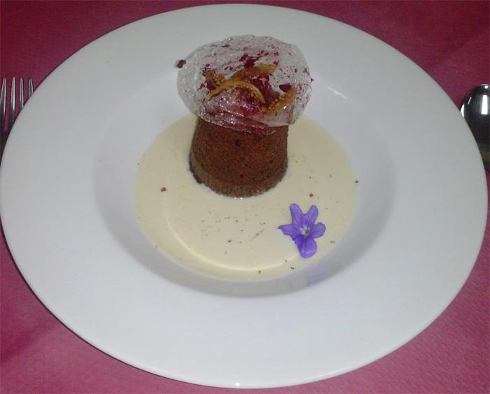 Bizcocho Gara con sopa de almendras y crujiente de higos y frambuesa liofilizada